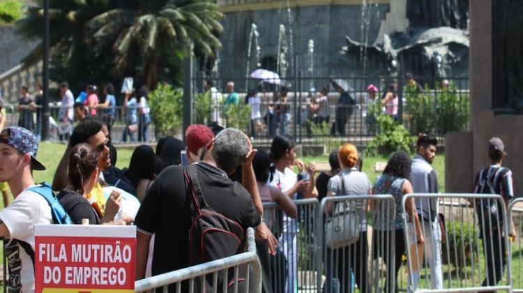 Notícia: Desemprego tem leve queda no segundo trimestre, aponta IBGE